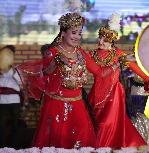 """festival Khiva - Uzbekistan A Khiva una delle più belle città del paese nella regione di Khorezm, ogni anno si svolge un importante Festival della danza il """"Raqs Sehri"""" che significa letteralmente """"Magia della Danza"""". Quest'anno noi abbiamo avuto la fortuna di essere presenti, siamo stati protagonisti di una magnifica manifestazione che ha unito ballerini da tutto il mondo, Italia compresa con Massimo Cerrutti e Alessandra Zampelli, ballerini ed insegnanti di balli Folk. Il Festival oltre che un piacere per gli occhi grazie alle coreografie, alla cornice e agli abiti colorati è anche un importante simbolo di unione tra culture e tradizioni differenti. #uzbekistan #Khiva #RaqsSehri Embassy of Uzbekistan in Italy"""